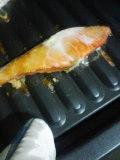 夜中に魚を焼く